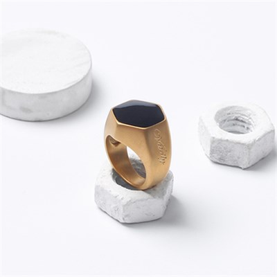 DROP ONYX GOLD TITANIUM RING